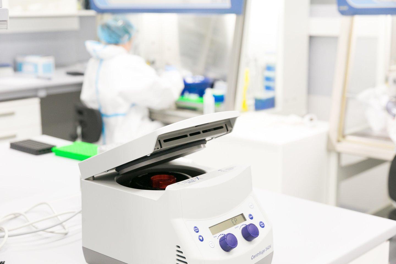 Santaros laboratorija koronavirusas tyrimas mėginiai tepinėliai<br>T.Bauro nuotr.
