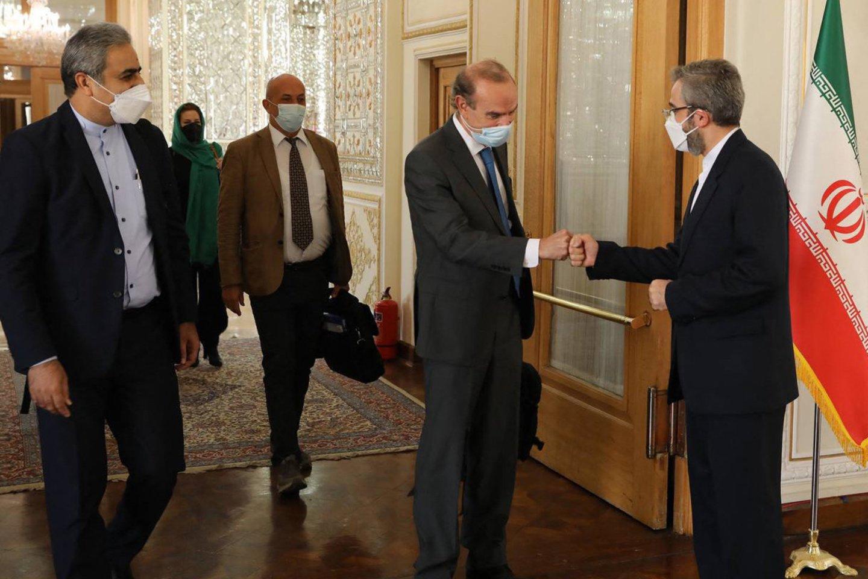 Europos Sąjungos pasiuntinys Enrique Mora Teherane susitiko su iraniečių užsienio reikalų viceministru Ali Bagheri.<br>AFP/Scanpix nuotr.
