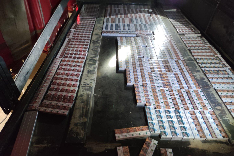 """""""Tuščio"""" vilkiko puspriekabės grindyse muitininkai aptiko aštuonių rūšių cigarečių kontrabandą.<br>Muitinės kriminalinės tarnybos nuotr."""