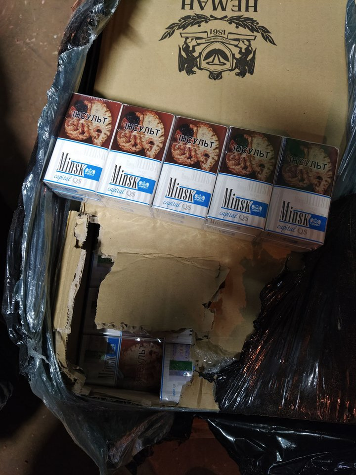 Cigarečių dėžė užstrigo liuke – Klaipėdoje, iškraunant iš vagono baltarusiškas trąšas, aptikta rūkalų kontrabanda.<br>Muitinės kriminalinės tarnybos nuotr.
