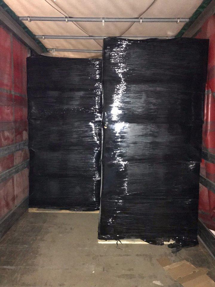 Klaipėdoje muitininkai sulaikė 2 mln. eurų vertės nelegalių rūkalų siuntą, maskuotą mineralinės vatos kroviniu.<br>Muitinės kriminalinės tarnybos nuotr.