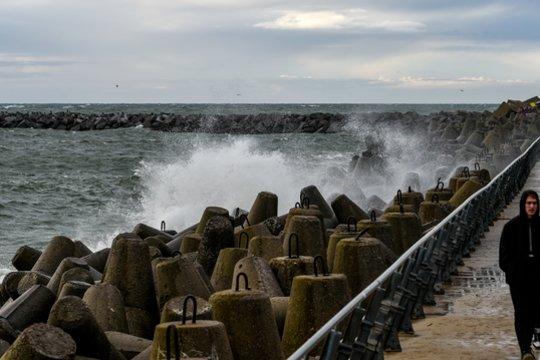 Sinoptikai praneša, kad galingas Atlanto ciklonas toliau kels vėtras ir audras.